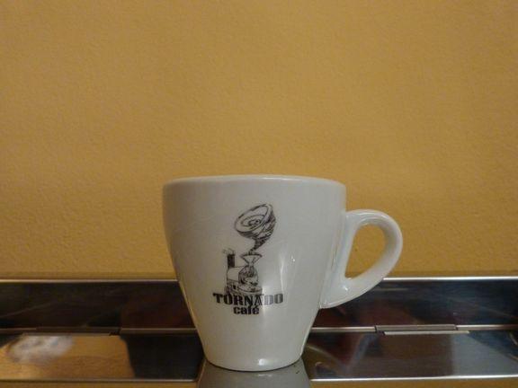 Taza de caf en cer mica de tornado caf aqui en nuestra for Tazas para cafe espresso